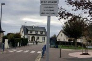 """""""Rue des Ecoles"""" – SENS INTERDIT SAUF RIVERAINS ET BUS SCOLAIRE"""